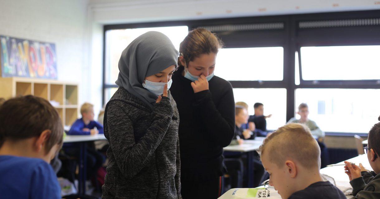 Meisjes helpen een leerling