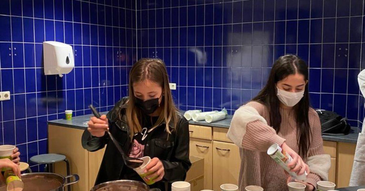 Meisjes schenken chocolade melk inå